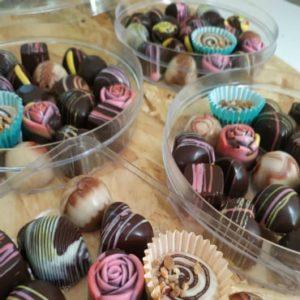 פרלינים שוקולד בקערות